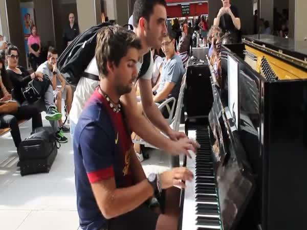 Klavír na pařížském nádraží