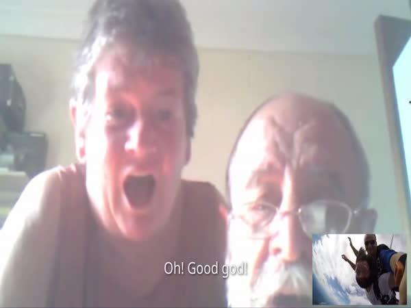 Skypování rodičům během seskoku