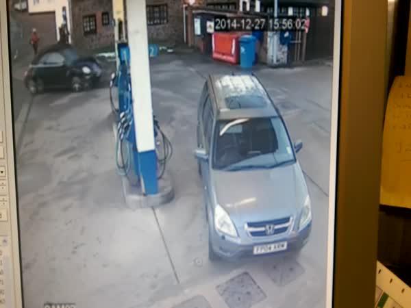 Žena má problém na pumpě