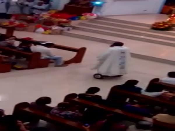 Farář na hoverboardu