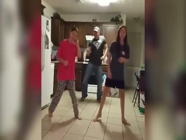 Tati, proč se nám motáš v tanečním klipu?