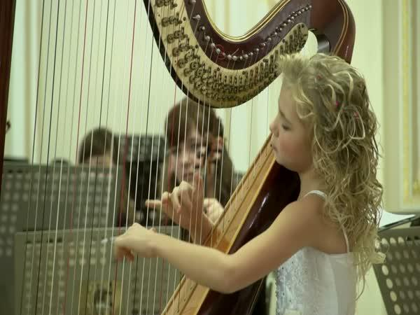 Devítiletá holčička hraje na harfu