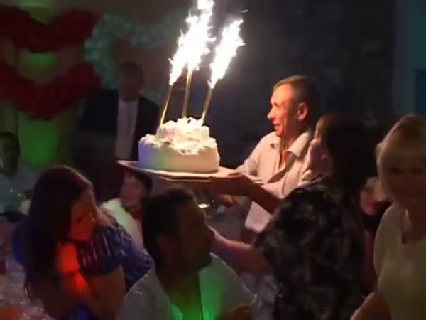 Nešika s dortem na svatbě
