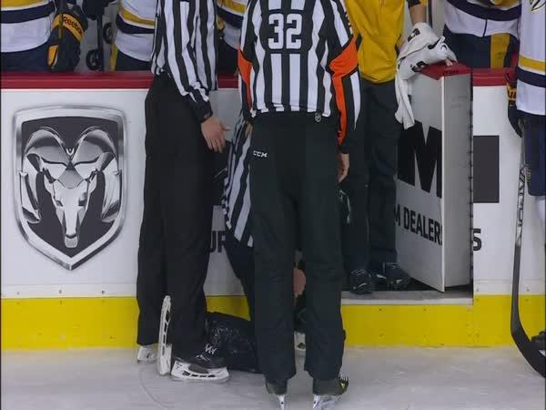NHL - Frustrovaný hráč sejmul rozhodčího