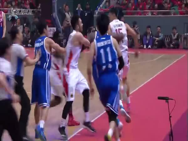 Agresivní basketbalista