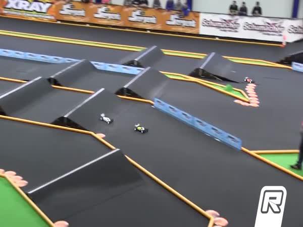 Napínavý závod autíček na ovládání