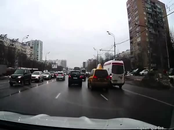 Rusko - Taxikář blokuje sanitku