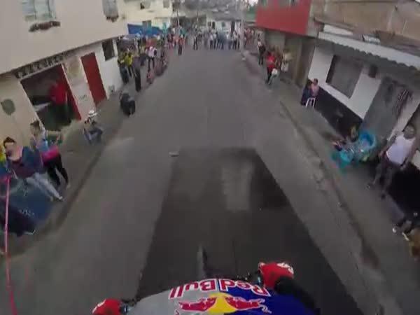 Biker neohroženě sjíždí strmé ulice