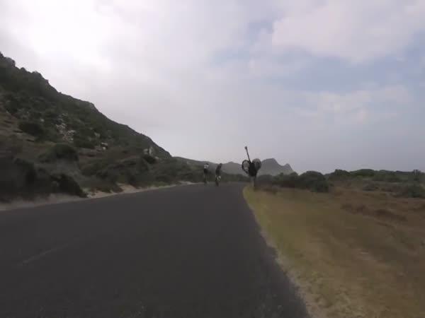 Pštros pronásledoval cyklisty