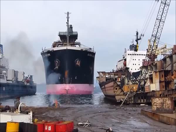 Když loď najede na mělčinu
