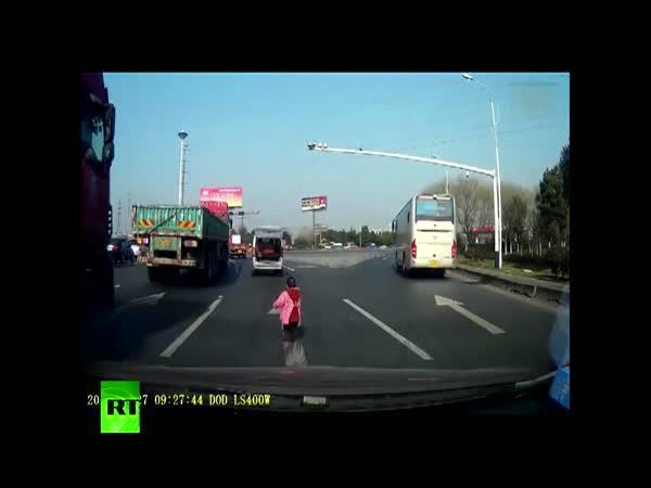 Dítě vypadlo z kufru za jízdy