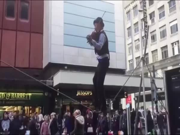 Hra na housle při chůzi po laně