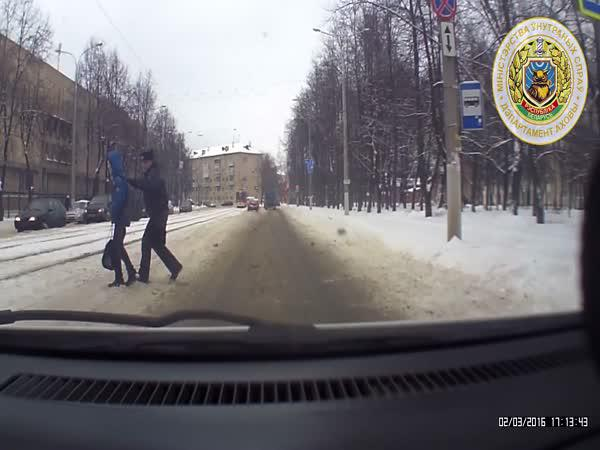 Policista zachránil dítě na silnici