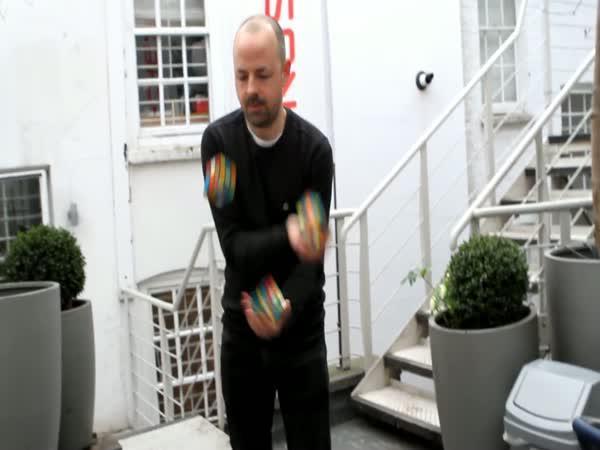 Tři Rubikovy kostky za 20 vteřin