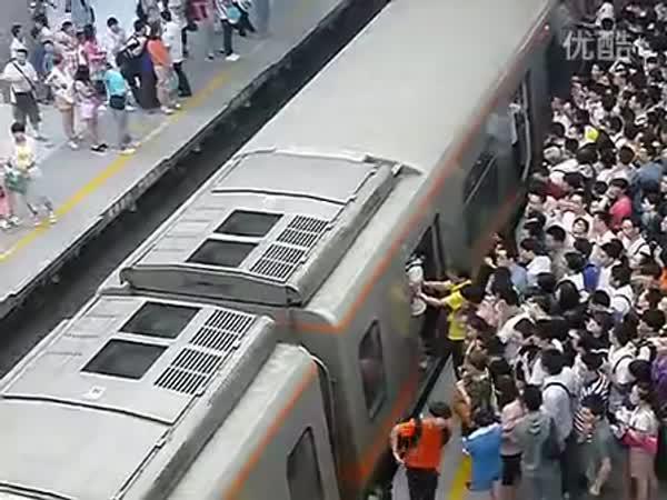 Peking - Špička na vlakovém nádraží
