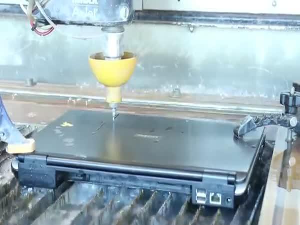 Přeříznutí notebooku pomocí vody