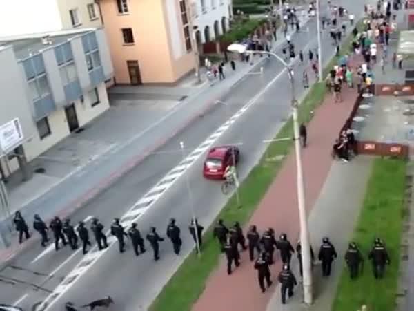 Policejní zásah při nepokojích + vozíčkář