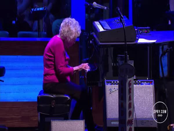 98 let stará babička válí na klavír