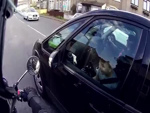 Motorkář překvapil kluka