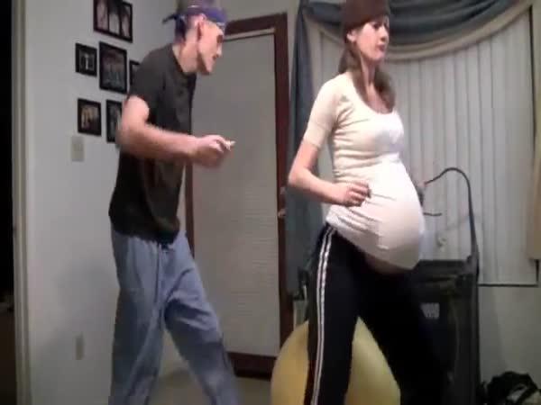 Vyvolání porodu dvojčat tancem