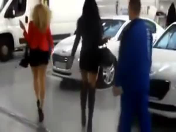 Když holky vyzvedávají auto v servisu