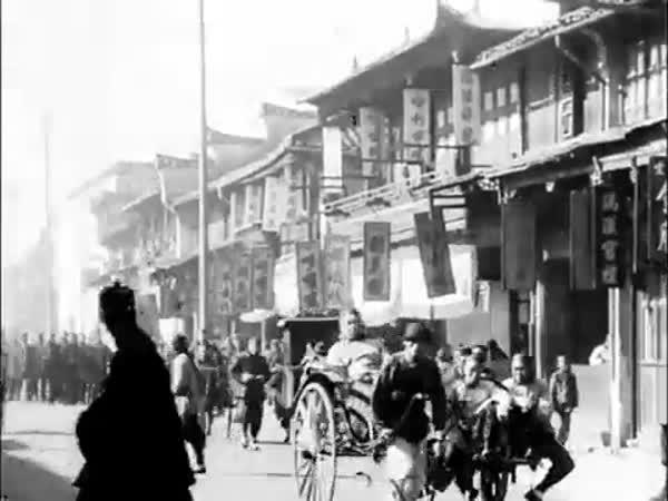 Rušná ulice Šanghaje v roce 1901