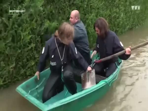 3 policajti na loďce baví celý svět