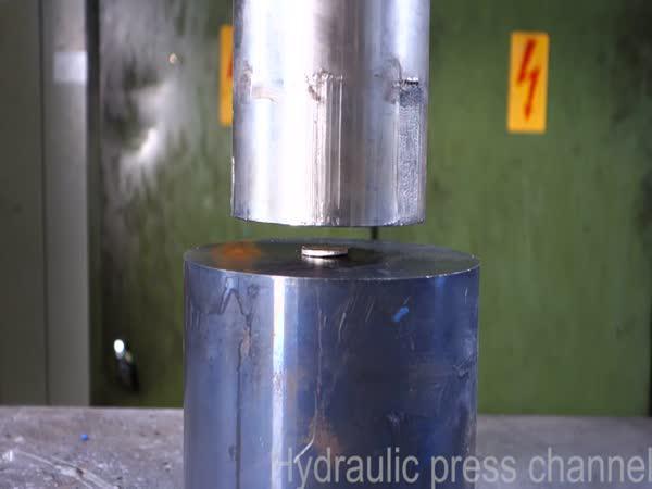 Hydraulický lis vs. kulička, mince a matice