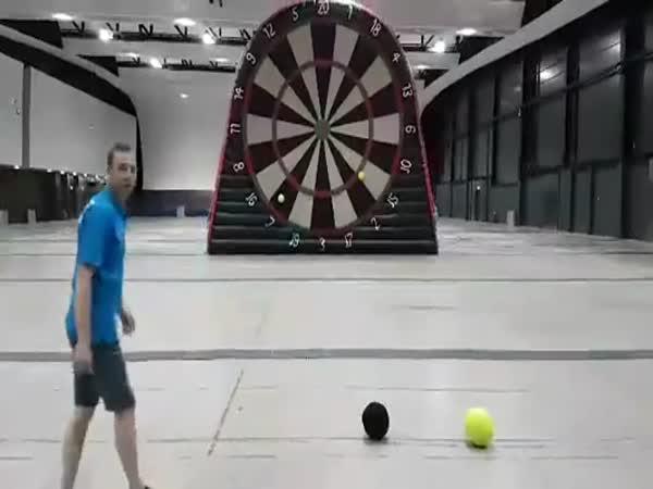 Fotbal a šipky v jednom