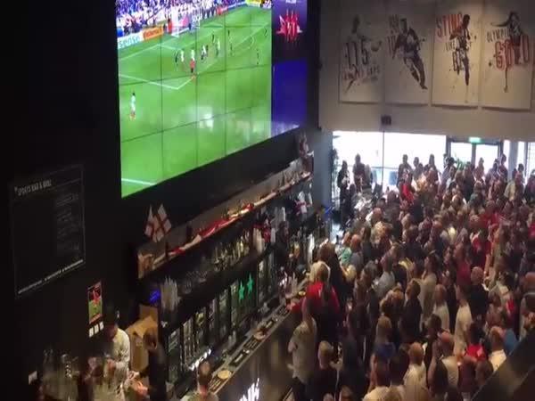 Oslava gólu v anglické hospodě