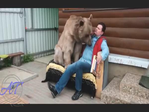 Manželé si adoptovali medvěda
