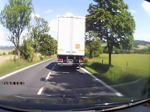 Česká republika - Nehoda při předjíždění