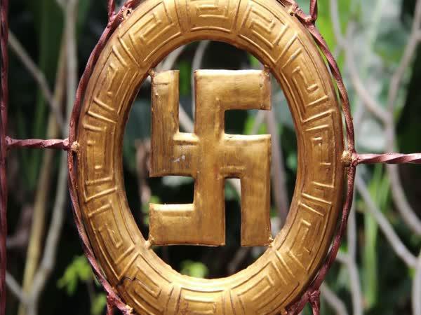 Proč mají nacisté hákový kříž?