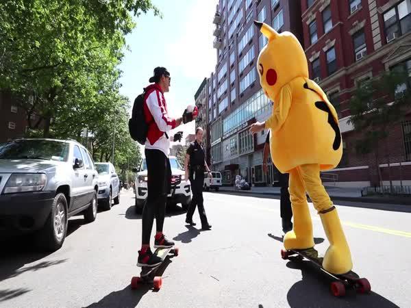 Youtuber honí Pikachua na ulici