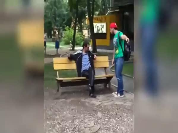 Ruský opilec na dětském hřišti