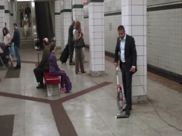 Prodejce předvádí v metru nový vysavač
