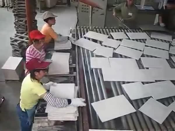 Čína - Těžká práce u výroby obkladaček