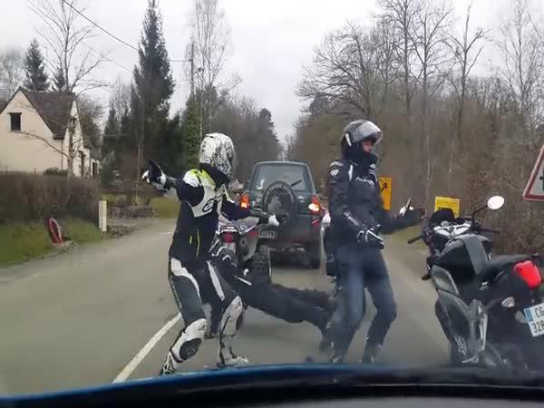 Když se motorkáři nudí na červené