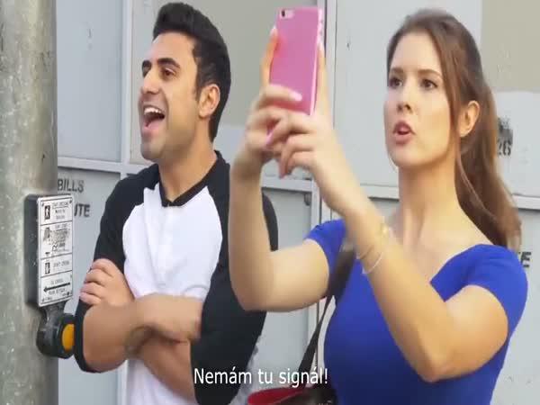 Přítelkyně a její mobil na prvním místě