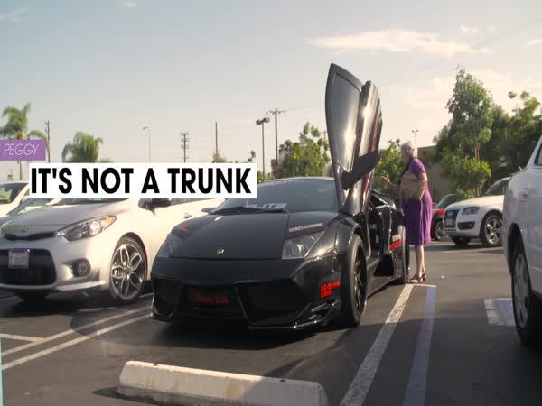 Dvě babičky v Lamborghini