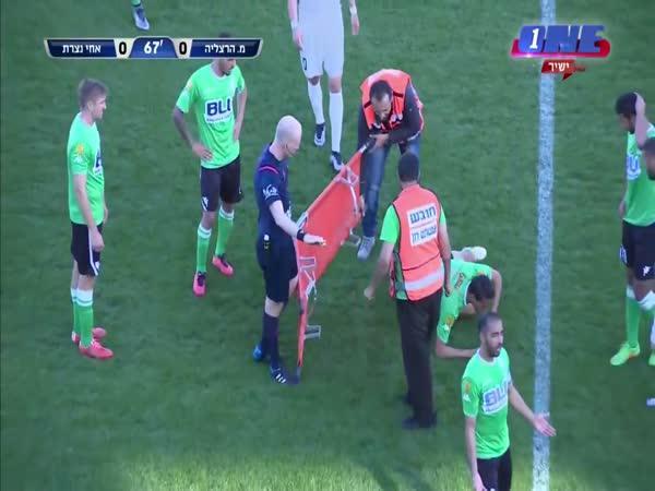 Fotbal - Zraněný hráč a nosítka
