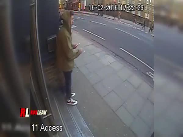 Zloděj mobilů na skútru