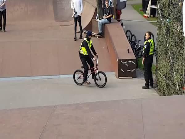 Sekuriťák vyškolil BMX bikera