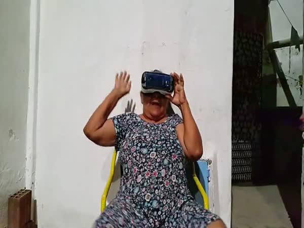 Babička s virtuální realitou