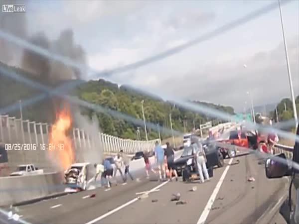 USA - Kamion nedobrzdil kolonu aut