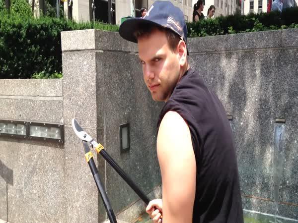 Chlapík, který nesnáší selfie tyče