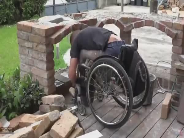Borec - Vozíčkář staví zahradní krb