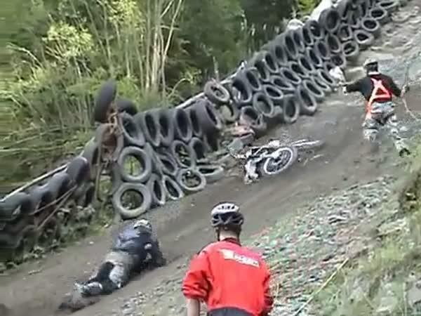 Šílený závod motorek do kopce