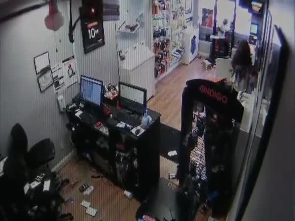 Zlodějíčci uzamčeni v obchodě