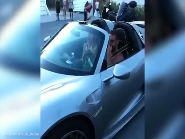 Machr předvádí přítelkyni nové Porsche
